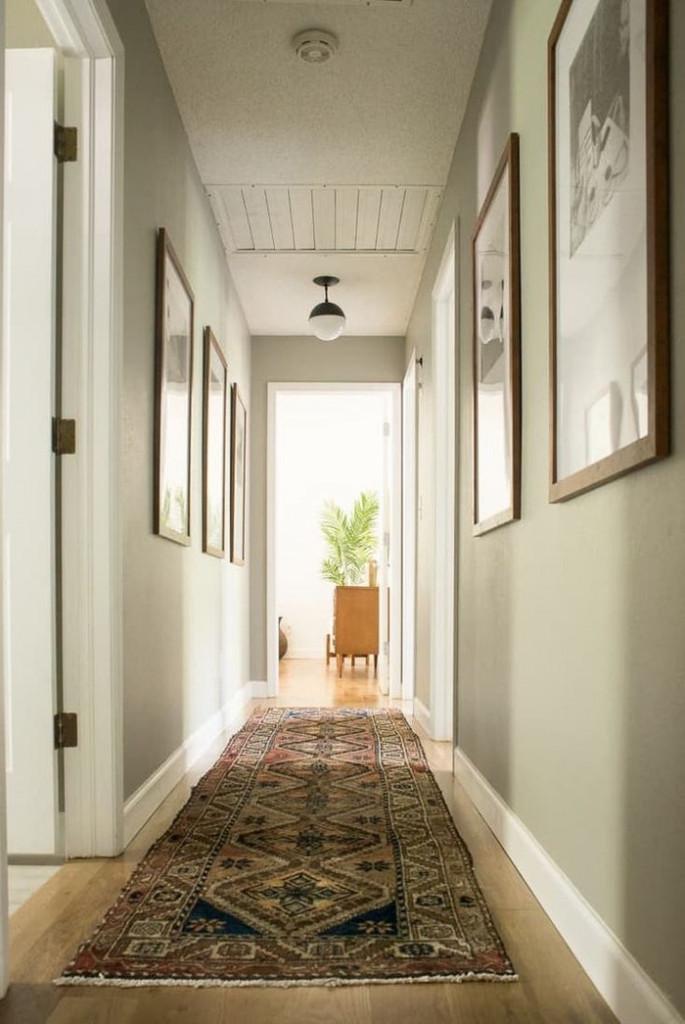 Hành lang dài, hẹp? Bạn hãy đặt một tấm thảm dài. Tấm thảm trải sàn họa tiết sặc sỡ vừa giúp hành lang thêm phần tươi sáng và ấn tượng vừa như một mảnh ghép tạo nên vẻ đẹp hoàn hảo cho ngôi nhà.