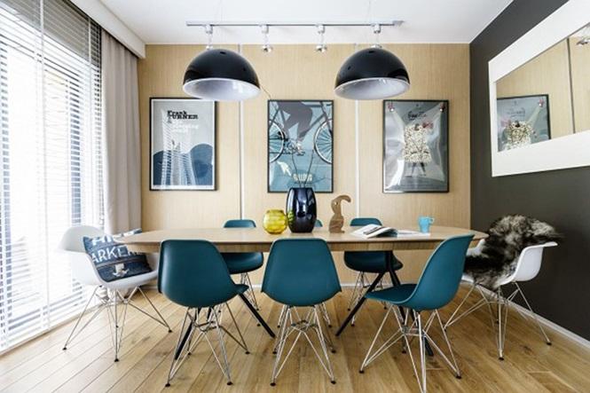 Những bức tranh treo trên tường, đèn chùm đã góp phần làm nổi bật cho căn phòng
