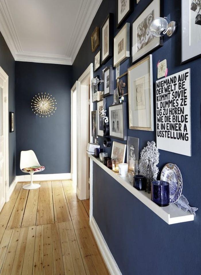 Giá để khung ảnh là vật trang trí hoàn hảo cho những bức tường trống. Ngoài ra, bạn có thể cho đồ lưu niệm hay ảnh để tạo điểm nhấn cho hành lang.