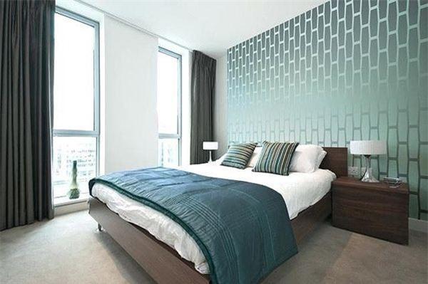 Bạn có thể biến tấu phòng ngủ với các mẫu giấy dán tường có hoạt tiết tinh tế hoặc hình học đặc trưng